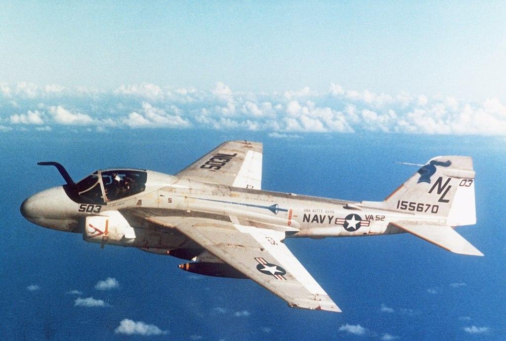 """Un A-6EIntruderdel escuadrón de ataque 52 (VA-52) """"Knightriders"""" en vuelo en 1981 - Wikipedia"""