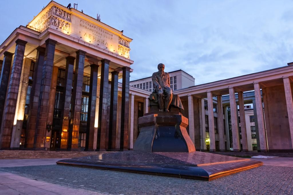 Monumento a Dostoievski en Moscú.